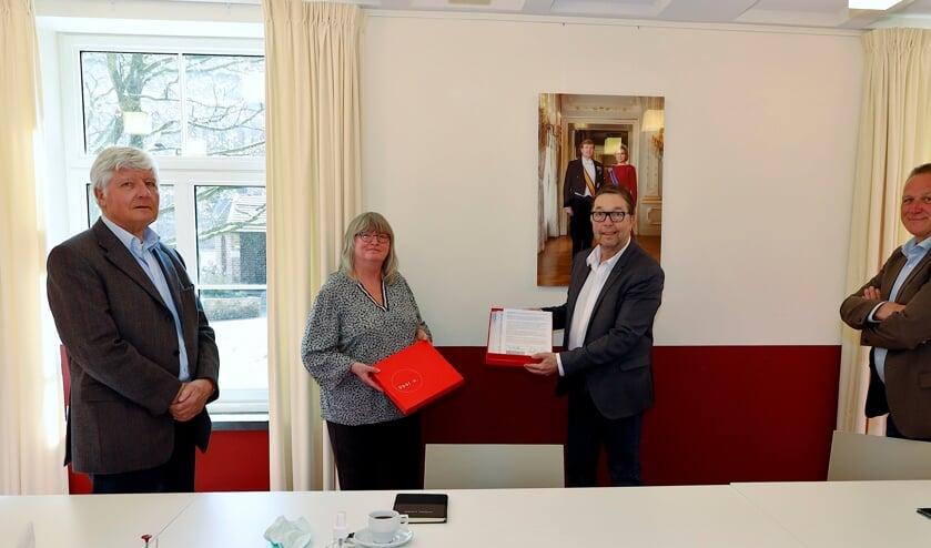 <p>Wethouder Cor Vervoort met de protestpetitie van de bezorgde wijkbewoners Anita Borghaerts-Ebbing en Jan Houba. Rechts wethouder Jan Jenneskens.&nbsp;</p>