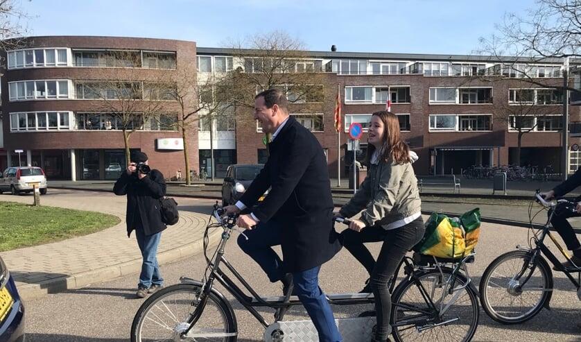 <p>Lotte Demarteau samen &nbsp;met voormalig PvdA-leider Lodewijk Asscher tijdens een Maaslijn-fietsprotest in 2019.&nbsp;</p>