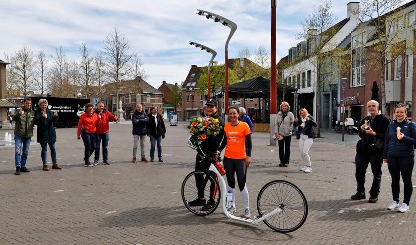 <p>Maite van Gerwen en haar vriend Steven werden met bloemen en applaus in Venray ontvangen.</p>