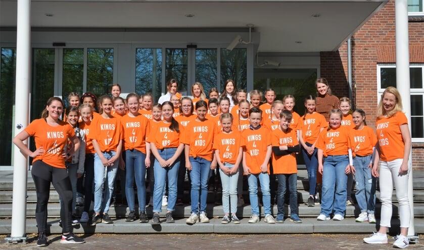 <p>Klaar voor Kings voor kids, onder leiding van Jorianne Janssen en Myrna van Rens (rechts).&nbsp;</p>