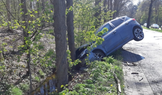 <p>Een van de auto&#39;s knalde tegen een boom</p>