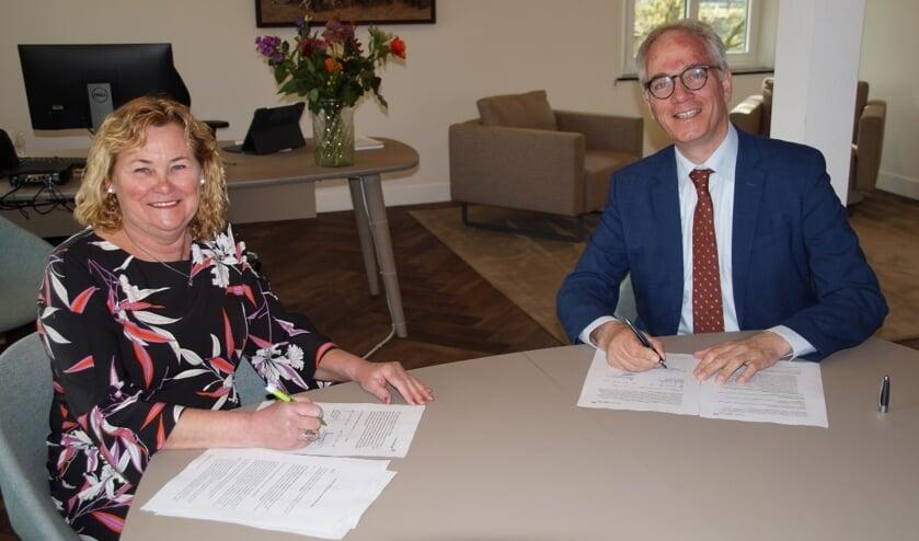 <p>Annie Timmermans, voorzitter Stichting Antoniushof Veulen, en burgemeester Luc Winants zetten hun handtekening.</p>