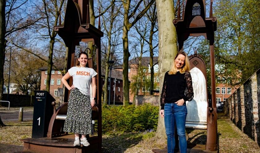 <p>Jorianne Janssen (links) en Myrna van Rens verzorgen de dansochtend op Koningsdag.</p>