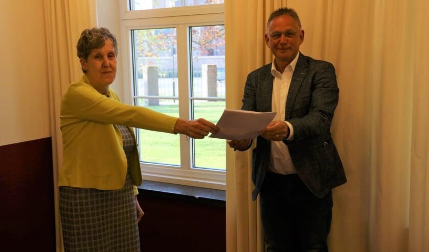 <p>Agnes Stiphout overhandigt het manifest namens FNV aan wethouder Jan Jenneskens.</p>