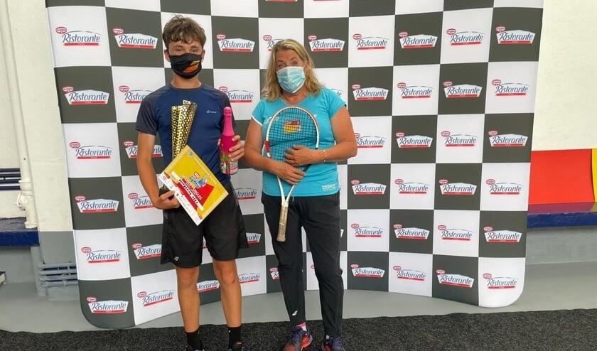 <p>Mees R&ouml;ttgering neemt samen met trainster Annemieke van Sambeek de prijzen in ontvangst.</p>
