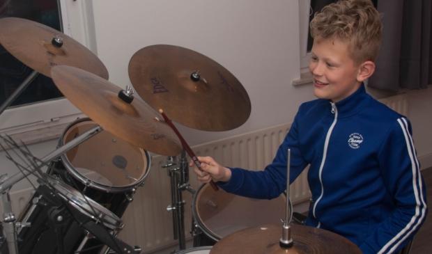 Bart Arts achter zijn geliefde drumstel