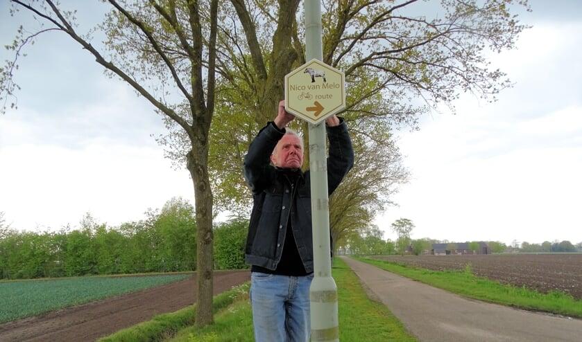 <p>Vrijwilliger Jan Weijs bevestigt een routebordje voor het nieuwe traject.</p>