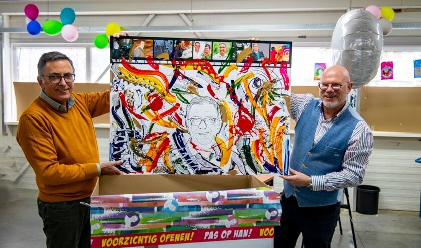 <p>Bij zijn afscheid werd Han Siebers verrast met een kunstwerk van drukinkt.</p>