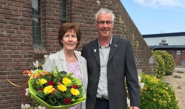 <p>Cor Derks kreeg een speldje en zijn vrouw een mooie bos bloemen</p>