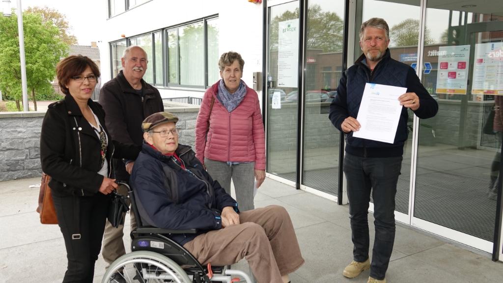 <p>Mevrouw Akram, Hans Aben, Thei Welbers en Agnes Stiphout overhandigen het manifest aan wethouder Splinter</p>
