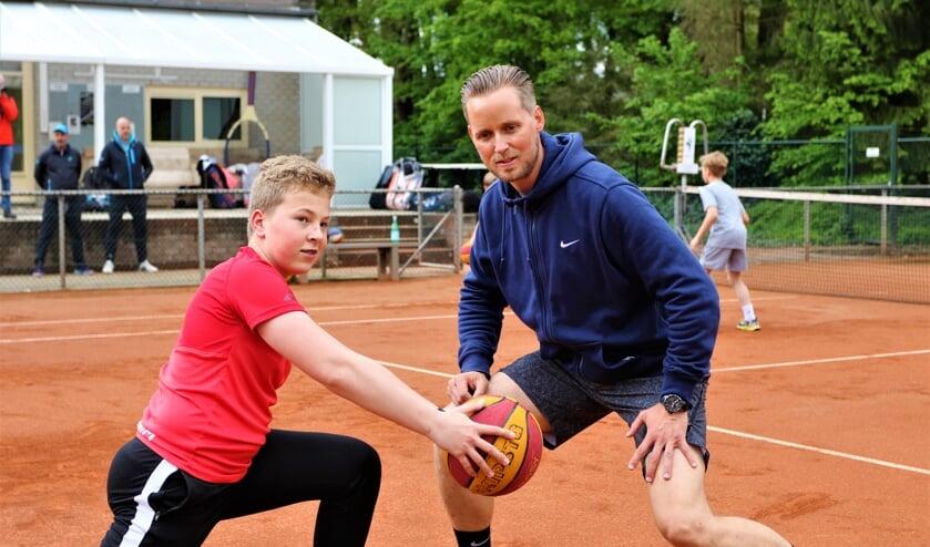 <p>Rob Brandsma verzorgde zaterdag een clinic bij tennisschool Maascourt.</p>