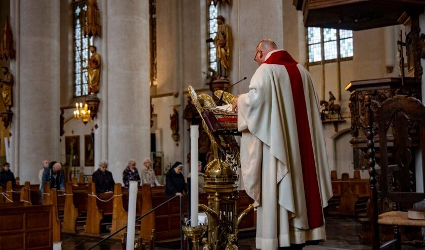 <p>Vanaf komend weekeinde zijn in de rooms-katholieke kerken meer kerkgangers toegestaan</p>
