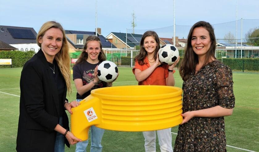 <p>Vanaf links: Anouk, Carlijn, Roos en Janneke zijn de initiatiefnemers van G-korfbal bij Oranje Wit.</p>