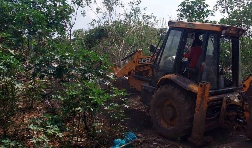 <p>Een bulldozer bewerkt het land waar het crematorium komt.</p>