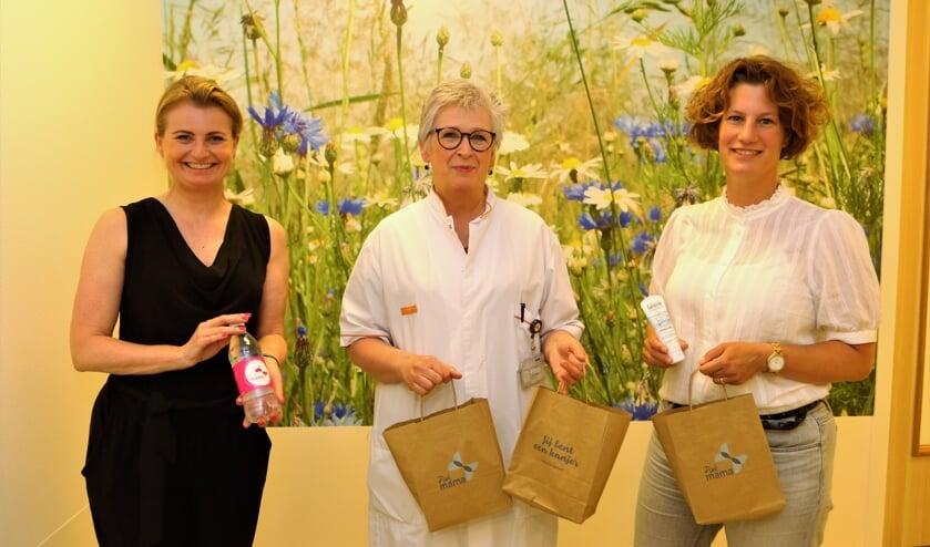 <p>Fabienne van Wely (l.) en Janneke Vink (r.) overhandigden de goodiebags aan Paula Mertens.</p>