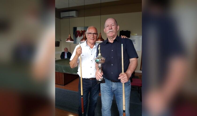 <p>Op de foto links Joop Post en rechts met beker clubkampioen Grad Swinkels.</p>
