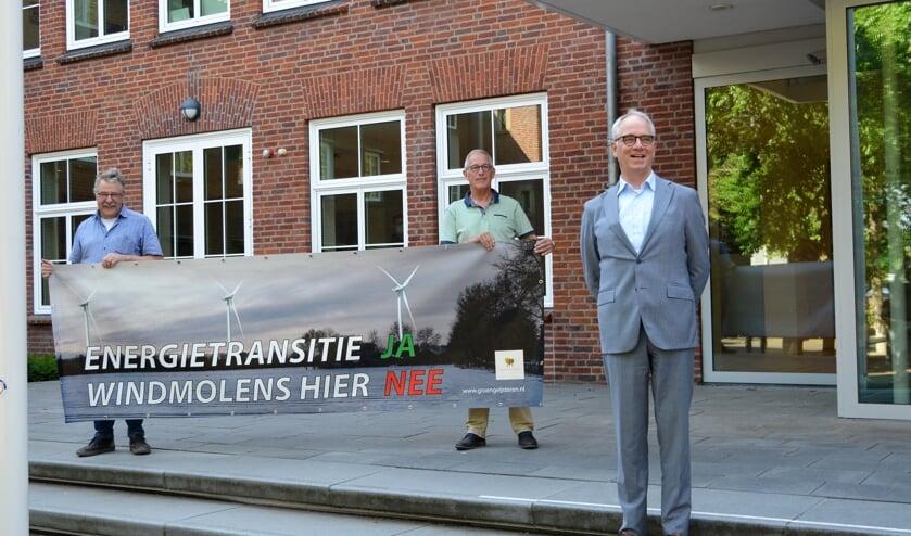 <p>Harrie Eijssen (links) en Ad Wijnhoven met protestspandoek, rechts burgemeester Luc Winants.&nbsp;</p>