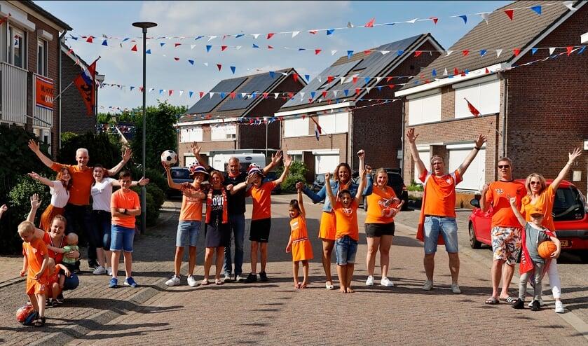 <p>Oranjesfeer in de straat Zevenblad in de Venrayse wijk Landweert. Hup Oranje!</p>