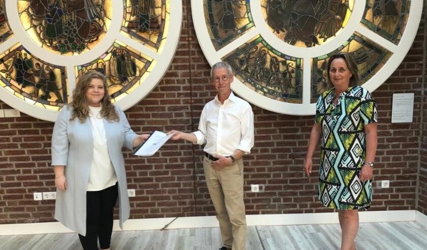 <p>Wethouder Anne Thielen ontvangt de adviesnota uit handen van Mark Schapendonk en Monique Janssen van de werkgroep Venray Dementievriendelijk. </p>