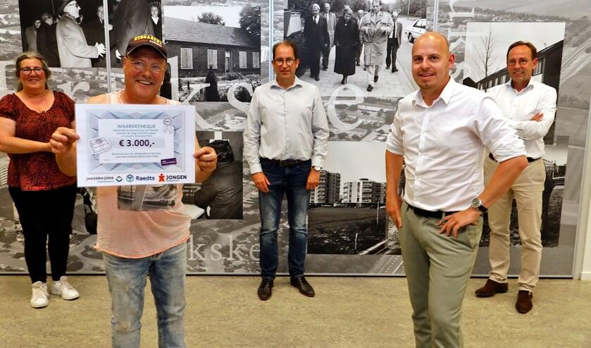 <p>Petra van Duijnhoven, speelcoach Henk, Hans Janssen (Raedts), Funs Jonkers (Jongen Bouwpartners) en Peter Renkens (Janssen de Jong OnderhoudPlus) (v.ln.r.).&nbsp;</p>