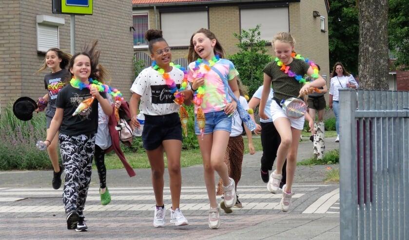 <p>&#39;We zijn er bijna&#39; zingt een groepje meiden bij aankomst.</p>