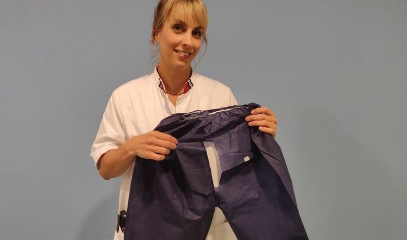 <p>MDL-arts Susan Loffeld toont het met succes ge&iuml;ntroduceerde colo short.</p>