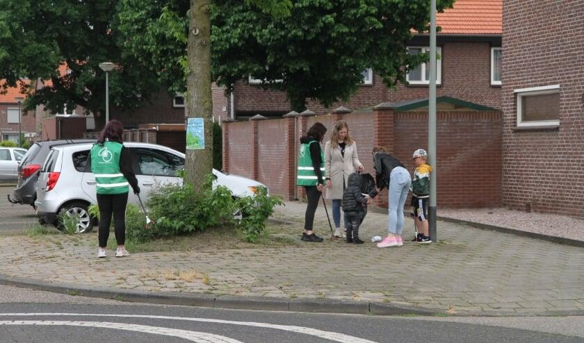 <p>Jong en oud stak de handen uit de mouwen tijdens de opruimdag in de Venrayse wijk Noord-West.&nbsp;</p>