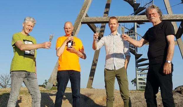 <p>Dorpsraadsleden René Aengenend, Piet Manders, Ton Wijers en Henk Hendriks een toost uit op de tienjarige uitkijktoren</p>