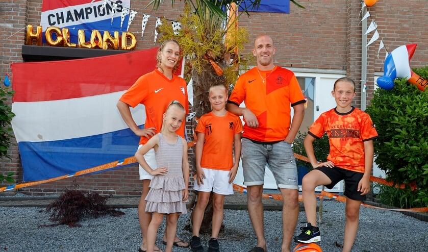 <p>Bas en Angela Litjens met hun kinderen Hailey, Rachel en Jennifer (v.l.n.r.).</p>