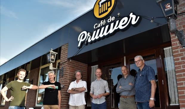 <p>Luuk, uitbater van De Pruuver en dorpsraadleden Ren&eacute; Aengenend, Henk Hendriks, Ton Wijers, Piet Manders en Frans Theunissen</p>