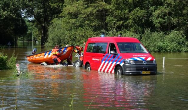 <p>Brandweer in actie tijdens het hoogwater in juli</p>