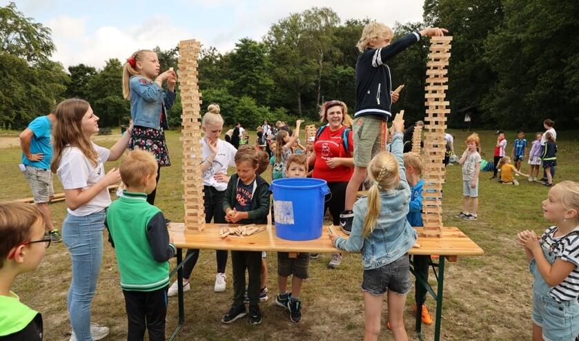 <p>De kinderen genieten van spellen en activiteiten zoals bij Minute to win it.</p>