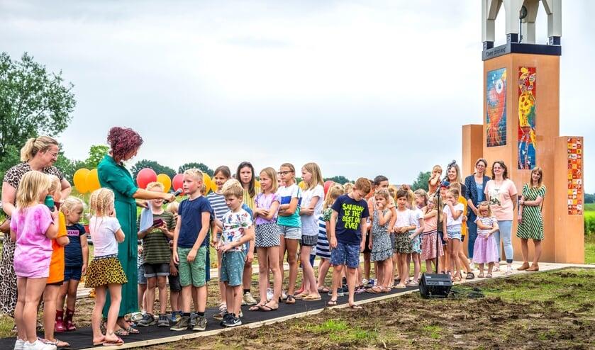 Foto van de opening van het nieuwe natuurgebied Maaspark Ooijen-Wanssum, met het torentje van Wanssum. Kiki Jaspers en Bianca