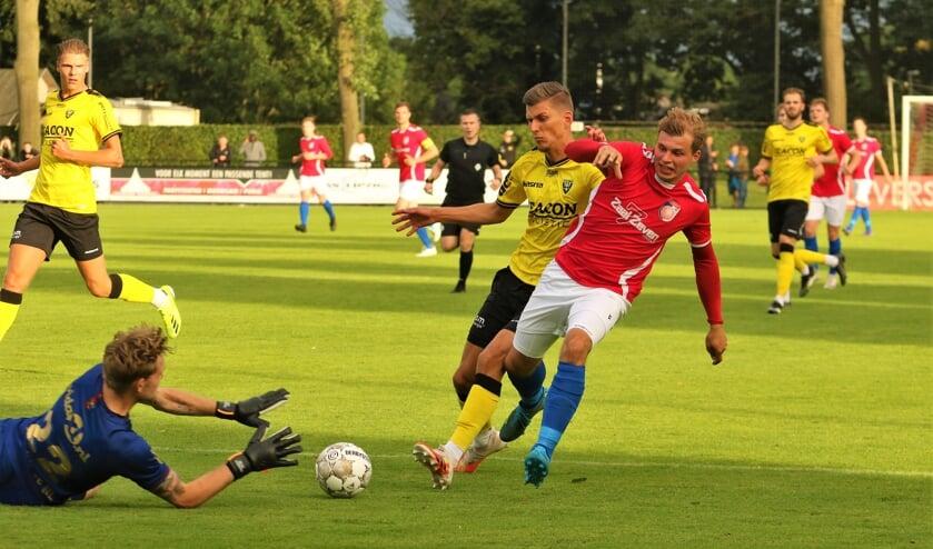 <p>SV Venray-aanvaller Niek Versteegen probeert de doelman te verschalken.</p>