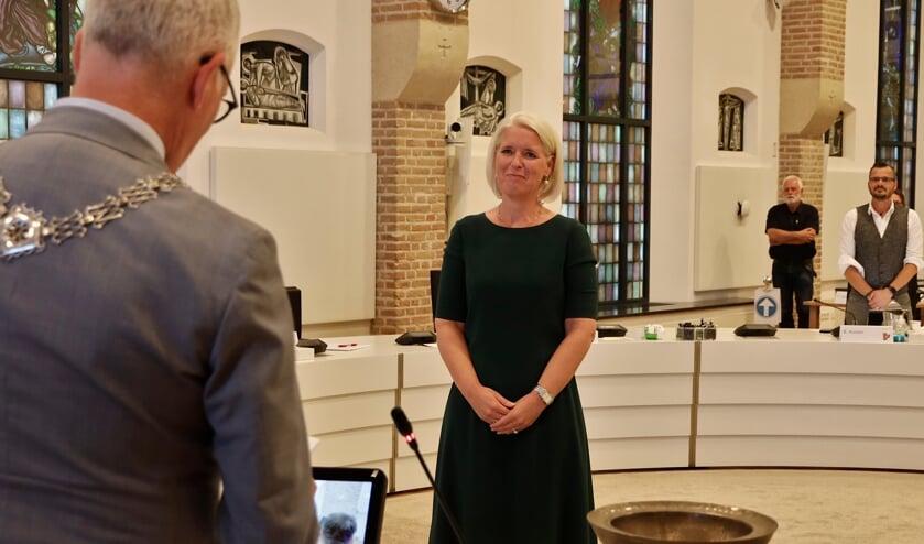 <p>Chantal Nijkerken wordt be&euml;digd door burgemeester Luc Winants als wethouder in Venray.</p>