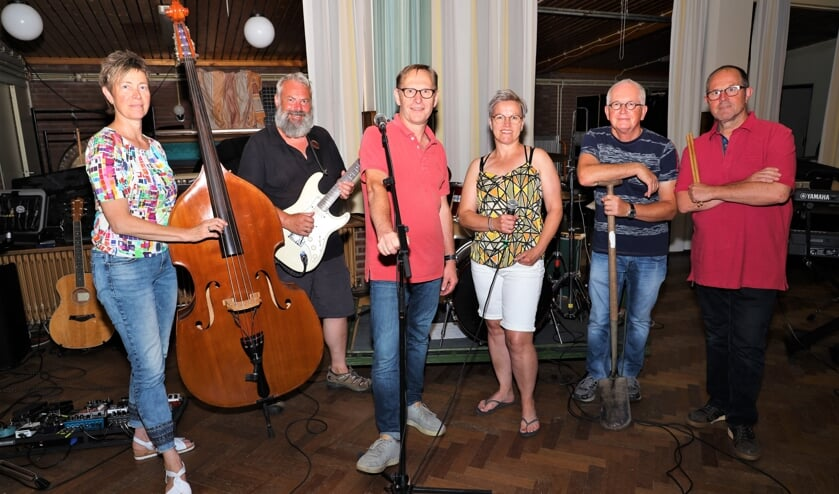 <p>Henk Deters (derde van links) en zijn begeleidingsband.</p>