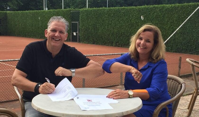 <p>Directeur Marco Hendriks van Top Beveiliging en Patricia Janssen van Tennisclub Venray.</p>