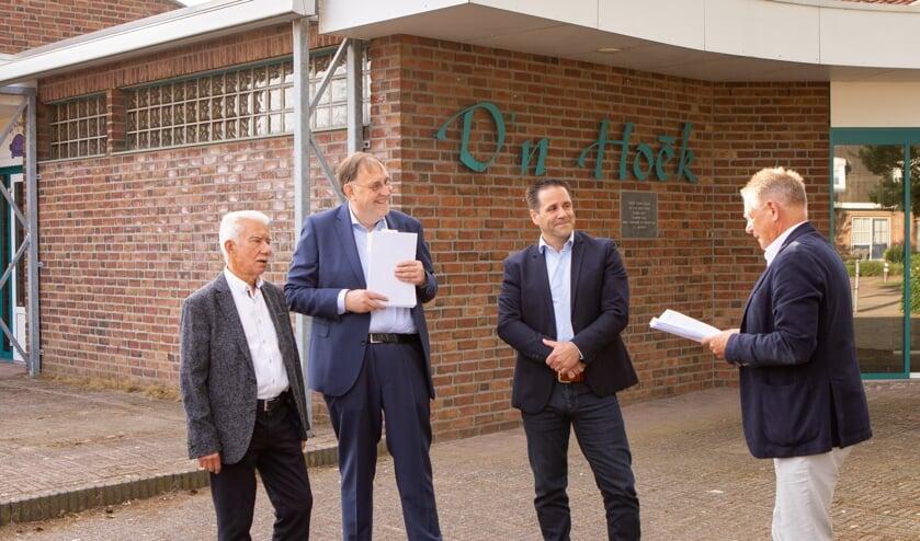 <p>Op de foto van links naar rechts: Theo Martens (stichting GAM), Peter Pubben (stichting GAM), Marcel Reulen (SPOV) en wethouder Jan Jenneskens.</p>