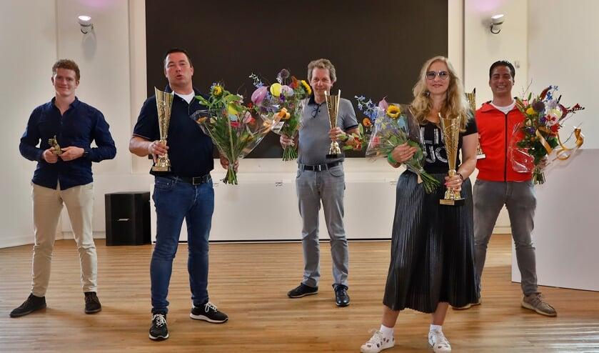 <p>De winnaars van de kermisprijzen met onder meer Guus Stevering (links), Tommy Boesveld (ernaast) en Rachelle van Meetelen.</p>