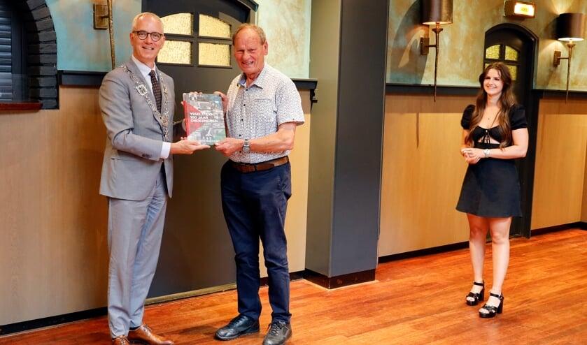 <p>Burgemeester Winants ontvangt het boek uit handen van ondernemers Harry Maessen en Mariska Stevens.</p>