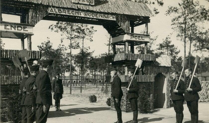 Wisseling van de wacht bij de toegangspoort, mei 1943.
