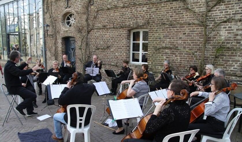 <p>Het Venrayse strijkersensemble Poco a poco tijdens een concert bij Kasteeltuinen Arcen.&nbsp;</p>