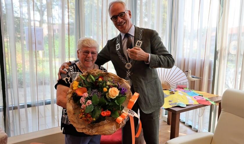 <p>Marie van Dijck-Rongen werd verrast door burgemeester Winants.</p>