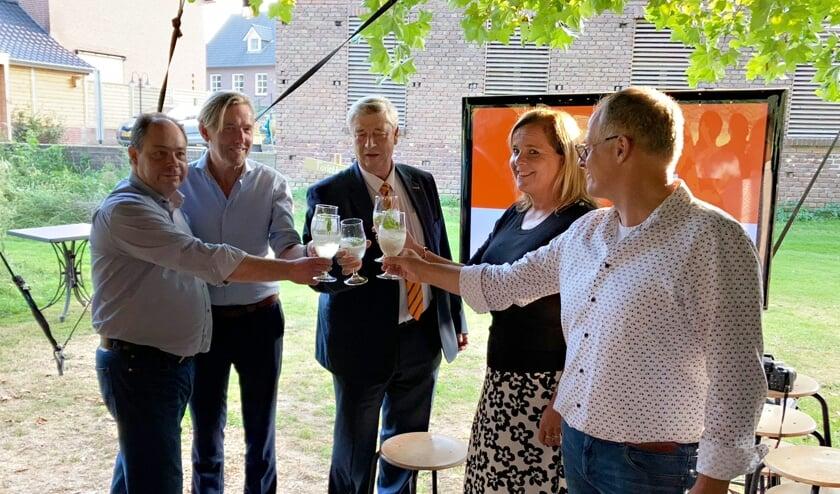 <p>Een toost op de oprichting van ondernemersplatform Grens en Maas.&nbsp;</p>