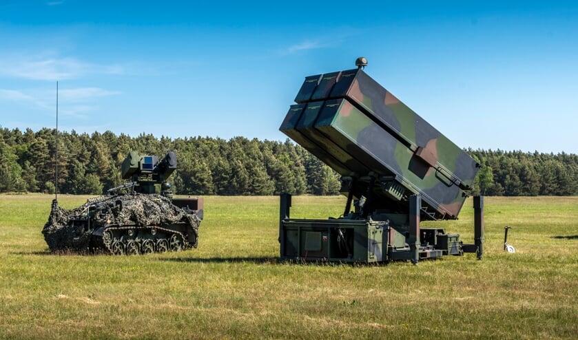 <p>Duits LeFlaSys-wapensysteem (links) en het Nederlandse NASAMS (rechts).</p>