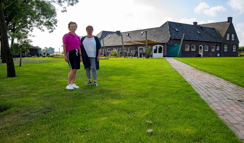 <p>Anita Coopmans (links) en Marian Kleeven maakten in vijf jaar een succes van de Geijsterse Hoeve.&nbsp;</p>