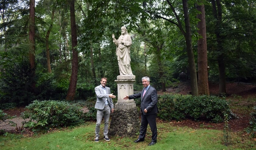 <p>Ludo Gommans en Odapark-voorzitter Patrick van der Broeck voor het beeld Heilig Hart.</p>