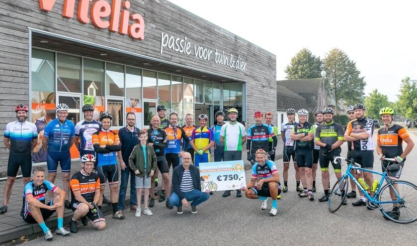 <p>Deelnemers aan Classico Vitelia tonen trots de cheque van 750 euro voor Big Challenge &ndash; Alpe d&rsquo;Huzes.</p>