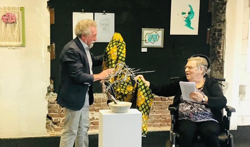 <p>Jacques Oomen en Mieke Bussemakers openen de tentoonstelling De vele gezichten van dementie. </p>
