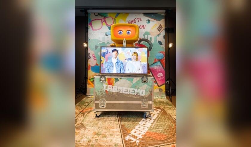 <p>De YouTubers Dylan Haegens en Marit Brugman op het scherm van robot Foob.</p>